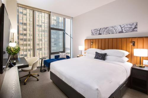 A bed or beds in a room at Hotel Julian Chicago