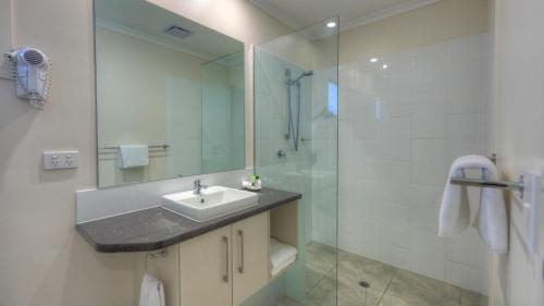 A bathroom at Roma Central Motel