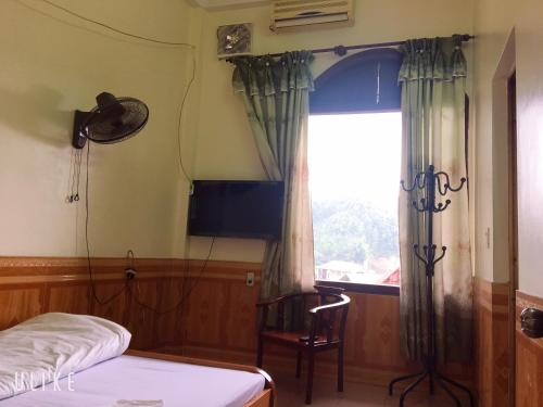 A television and/or entertainment center at Vân Anh Guesthouse