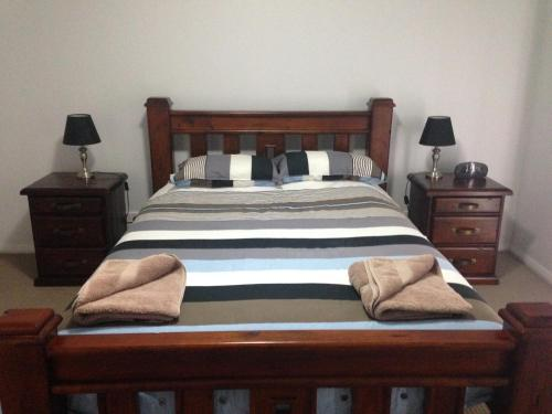 A bed or beds in a room at Griffith Prestige Apartments