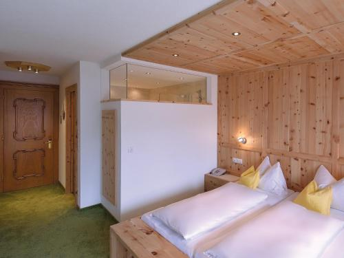 A bed or beds in a room at Pension Cafe Fritz