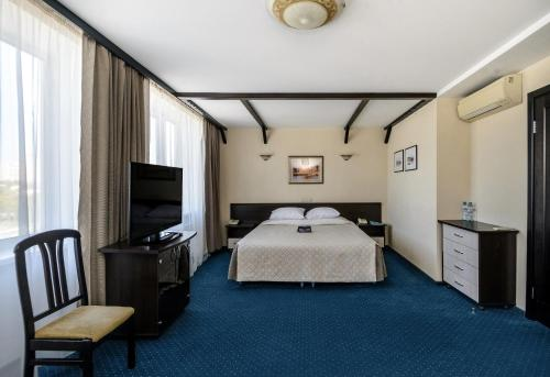 A bed or beds in a room at River Park