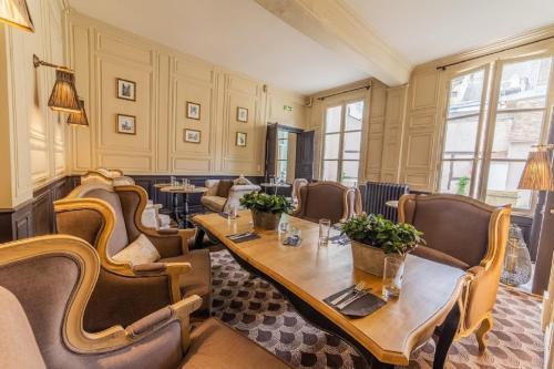 A restaurant or other place to eat at Hôtel Particulier de Champrond