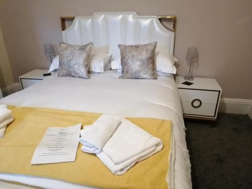 A bed or beds in a room at Gillygate Guest House