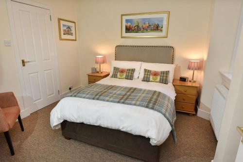 A bed or beds in a room at Acer Glen B&B