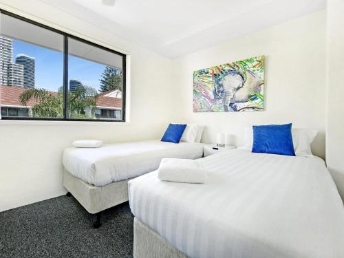 A bed or beds in a room at Beachside Delight Near Convention Centre