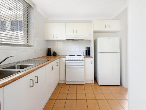 A kitchen or kitchenette at Beachside Unit Near Convention Centre