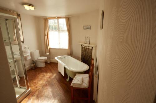 A bathroom at Lower Drayton Farm B&B