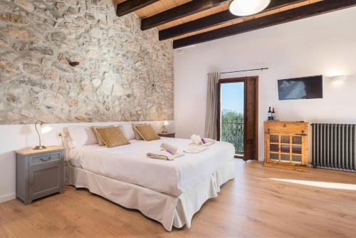 A bed or beds in a room at New Can Furios Hotel by Can Calco Hotels