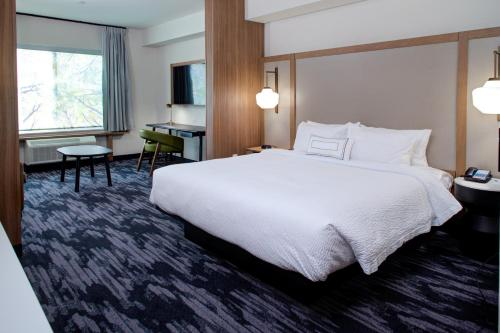 A bed or beds in a room at Fairfield Inn & Suites by Marriott Allentown West