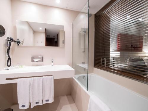 A bathroom at Hotel Carris Porto Ribeira