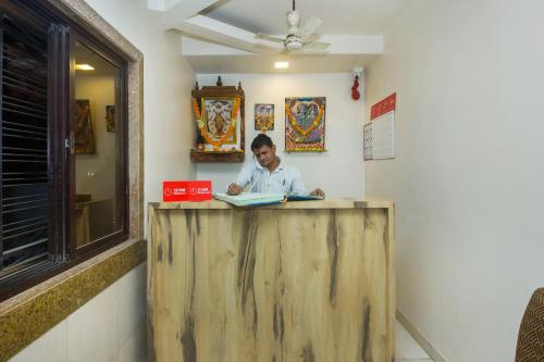 The lobby or reception area at OYO 22918 Hotel Sadanand Mourya Lodging And Boarding
