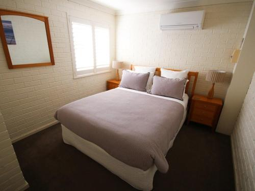 A bed or beds in a room at Aqua Vista on Blueys