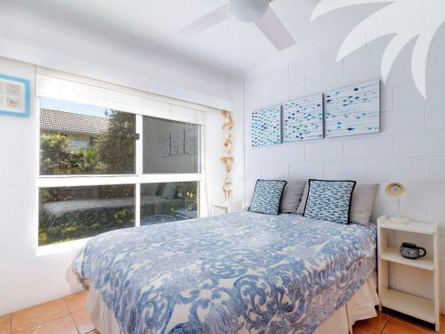 A bed or beds in a room at Blueys Beach Villa - Villa Manyana Unit 22