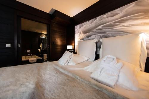 A bed or beds in a room at Hotel Avenue Lodge