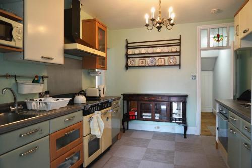 A kitchen or kitchenette at Tottenham Stadium double room