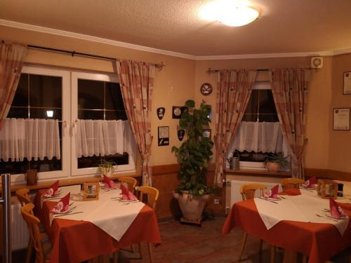 """Ein Restaurant oder anderes Speiselokal in der Unterkunft Gasthaus """"Zur alten Dorfschmiede"""""""