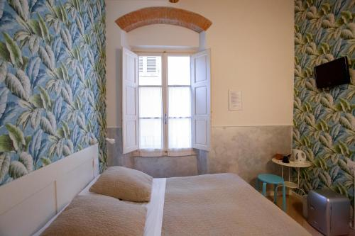 A bed or beds in a room at Albergo Bencidormi