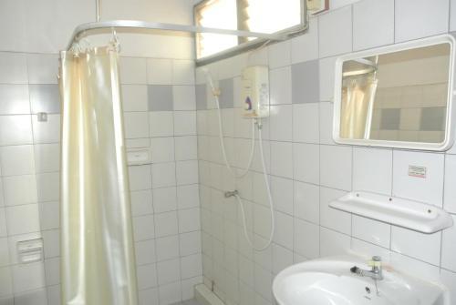 A bathroom at Mono Place