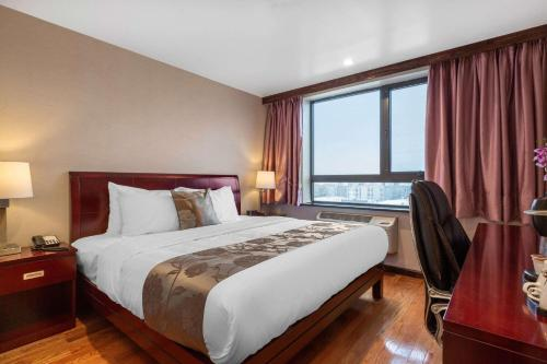 A bed or beds in a room at The L Hotel, Ascend Hotel Collection