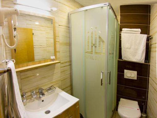 A bathroom at Hotel Dubai