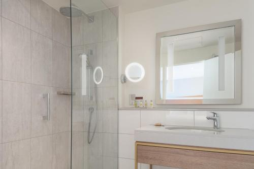 A bathroom at DoubleTree by Hilton Oxford Belfry