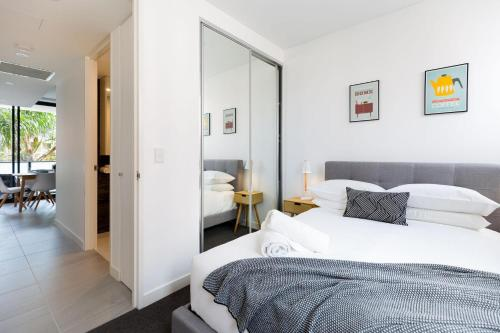 A bed or beds in a room at Modern, new 2 bed in the heart of Darling Harbour
