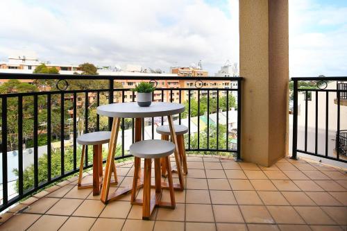 A balcony or terrace at Vibrant inner-city living - Darling Harbour fringe