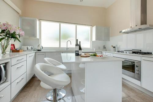 A kitchen or kitchenette at Bright and spacious 3-bedroom home with courtyard
