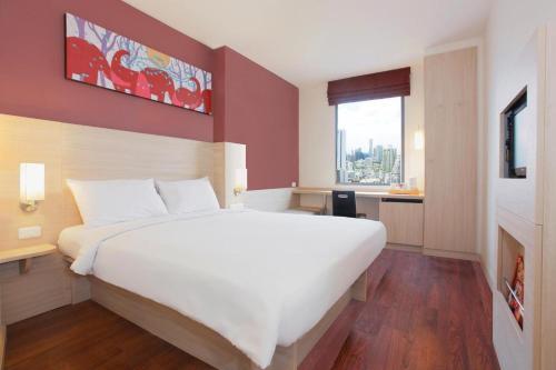 ibis Bangkok Siam tesisinde bir odada yatak veya yataklar