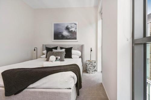A bed or beds in a room at Contemporary flat walking distance to city