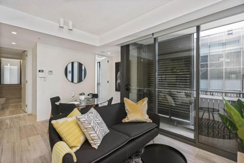 A seating area at Contemporary flat walking distance to city
