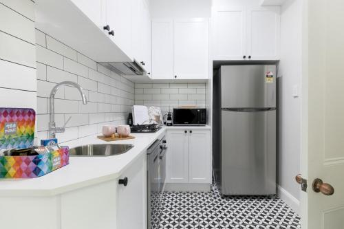 A kitchen or kitchenette at Renovated comfort in historic inner-city enclave