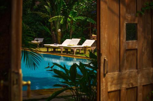 Вид на бассейн в Papa Jolly Eco-Resort или окрестностях
