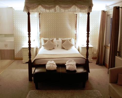 A bed or beds in a room at Royal Court Hotel
