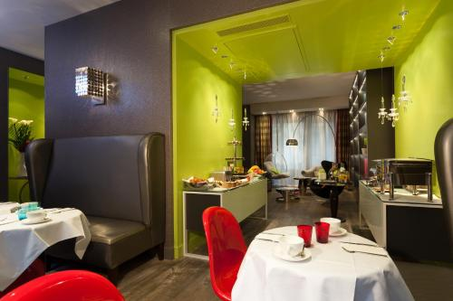 A restaurant or other place to eat at Hotel Le petit Paris