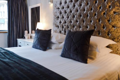 A bed or beds in a room at Posh Pads - Liverpool 1 - Apart-Hotel
