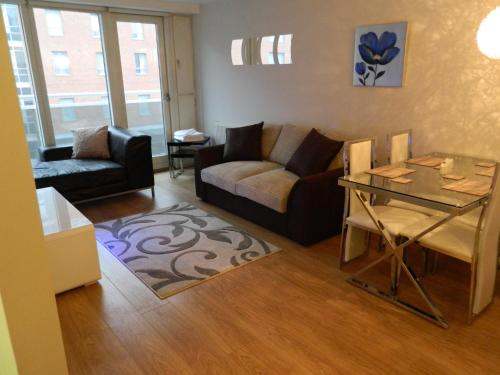A seating area at Liverpool City Waterfront Apartment
