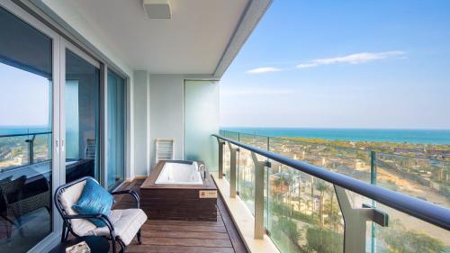 A balcony or terrace at Neal Yat Seaview Apartment Haitang Bay Sanya