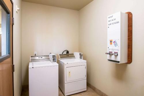 A kitchen or kitchenette at Econo Lodge Inn & Suites Bridgeport