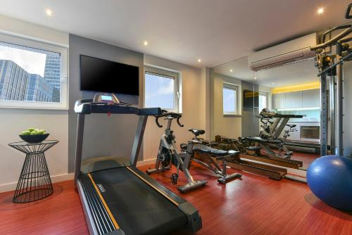 The fitness center and/or fitness facilities at Fraser Place Canary Wharf