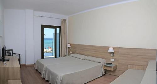Een bed of bedden in een kamer bij Hotel Playa Adults Only