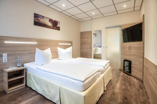 A bed or beds in a room at Hotel Lang