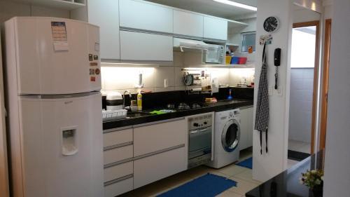 A kitchen or kitchenette at Apartamento Cabo Branco