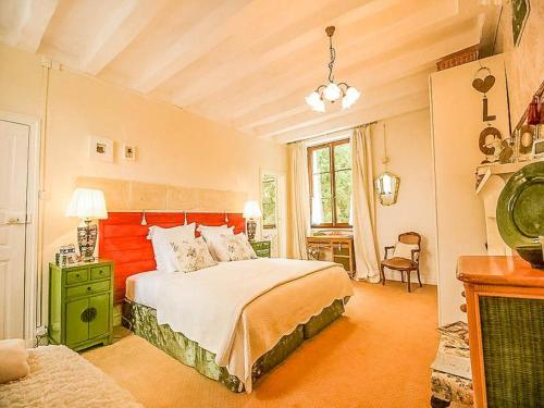 A bed or beds in a room at La clé des jardins