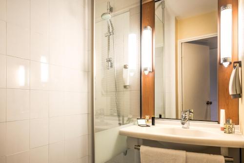 A bathroom at ibis Paris Montmartre 18ème