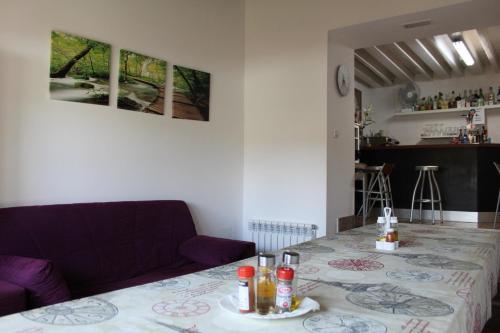 A seating area at Albergue Vive tu Camino
