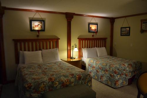 A bed or beds in a room at North Star Motel