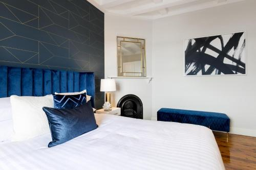 A bed or beds in a room at Contemporary luxury in a historic package