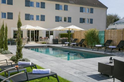 The swimming pool at or close to Hôtel Best Western The Wish Versailles